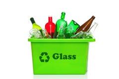 Coffre de réutilisation en verre vert d'isolement sur le blanc Photographie stock libre de droits