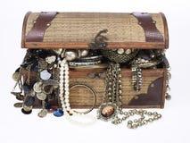 Coffre de trésor avec un bon nombre de bijou Photos stock