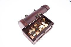 Coffre de trésor avec des pièces de monnaie ? Images libres de droits
