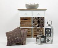 Coffre des tiroirs, des coussins et des ornements 3 photo stock