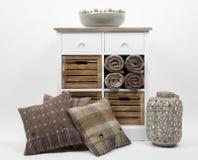 Coffre des tiroirs, des coussins et des ornements 4 photo stock