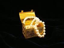 Coffre doré avec des colliers de perle Image stock