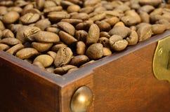 Coffre en bois avec des grains de café image libre de droits