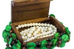 Coffre en bois avec l'intérieur de perles d'isolement Photo stock