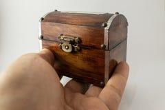 Coffre en bois en main images stock