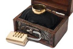 Coffre et cadenas en bois avec l'anneau de mariage Photos stock