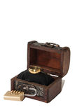 Coffre et cadenas en bois avec l'anneau de mariage Photo stock