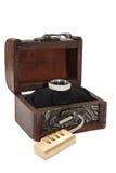 Coffre et cadenas en bois avec la bague de fiançailles Photographie stock