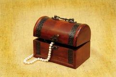 Coffre et collier en bois photos libres de droits