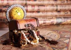 Coffre et globe sur la carte antique Photos stock