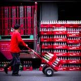 Coffre mobile de coke de coca-cola d'homme avec le sort de bouteilles Images libres de droits