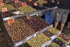 Coffres des olives sur le marché Photo libre de droits