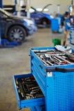 Coffret d'outil bleu en métal avec le cas ouvert à la station service Image stock