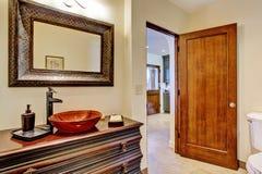 Coffret de luxe de vanité de salle de bains avec l'évier de navire Images stock