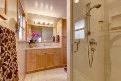 Coffret de vanité de salle de bains d'érable Images libres de droits