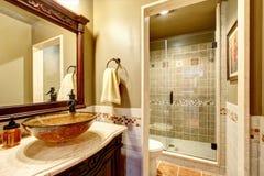 Coffret riche de vanité de salle de bains avec l'évier et le miroir de navire Photographie stock
