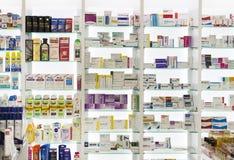 Coffrets de pharmacie avec des médecines et des comprimés de drogues et des additifs photos stock