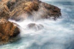 Coffs- Harbourwasser auf Felsen Lizenzfreie Stockfotografie