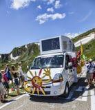 Cofidis-Fahrzeug in Pyrenäen-Bergen Lizenzfreie Stockfotos