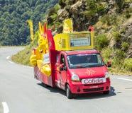 Cofidisvoertuig in de Bergen van de Pyreneeën - Ronde van Frankrijk 2015 Stock Fotografie