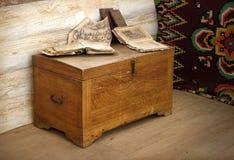 Cofre de madeira do vintage com livros Fotografia de Stock