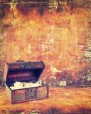Cofre del tesoro con joyería dentro Fotos de archivo