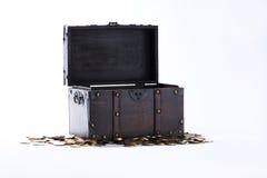 Cofre del tesoro con las monedas imágenes de archivo libres de regalías