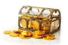 Cofre del tesoro con las monedas de oro Imagen de archivo