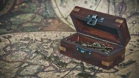Cofre del tesoro de madera en mapa del mundo foto de archivo libre de regalías