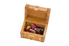 Cofre del tesoro de madera minúsculo con las joyas artificiales foto de archivo