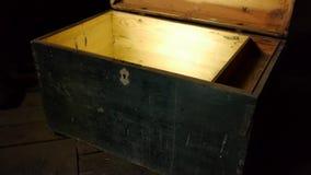 Cofre del tesoro de madera viejo con resplandor fuerte desde adentro metrajes