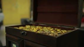 Cofre del tesoro femenino de la abertura, monedas de oro que mienten en la caja de madera, fortuna almacen de metraje de vídeo