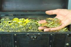 Cofre del tesoro llenado de las monedas de oro fotografía de archivo libre de regalías