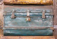 Cofre del tesoro viejo del metal foto de archivo
