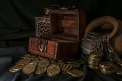 Cofre del tesoro y vela Fotos de archivo