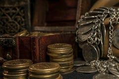 Cofre del tesoro y vela Fotografía de archivo libre de regalías