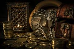 Cofre del tesoro y vela Fotos de archivo libres de regalías