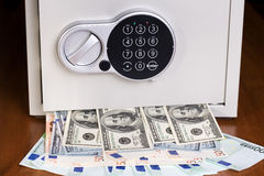 Cofre forte com euro e dólares Fotografia de Stock