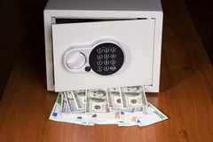 Cofre forte com euro e dólares Foto de Stock