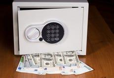 Cofre forte com euro e dólares Fotografia de Stock Royalty Free