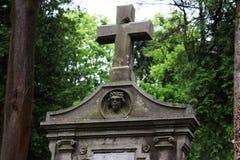 Cofre-forte de enterro no cemit?rio, uma grande cruz de pedra, a imagem de Jesus no cofre-forte de enterro foto de stock royalty free