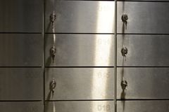 Cofres brilhantes do metal com números e chaves em um banco imagens de stock royalty free