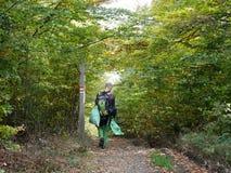 Coger basura en el bosque Foto de archivo