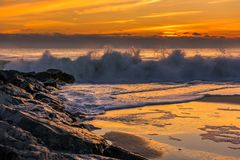 Cogida de las ondas en la orilla de New Jersey Imágenes de archivo libres de regalías