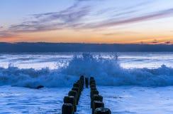 Cogida de las ondas en la orilla de New Jersey Foto de archivo libre de regalías