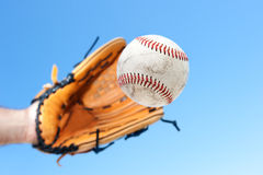 Cogida de un béisbol foto de archivo libre de regalías