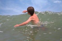 Cogida de una onda Foto de archivo