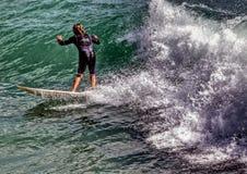 Cogida de una onda Foto de archivo libre de regalías
