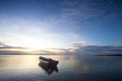 Cogida del barco con el cielo azul Fotografía de archivo libre de regalías