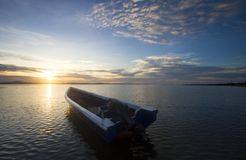 Cogida del barco con el cielo azul Foto de archivo libre de regalías